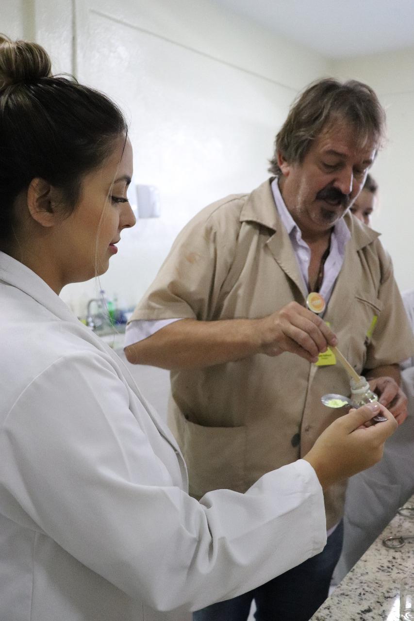 Aluna do ensino médio com professor no laboratório de ciências